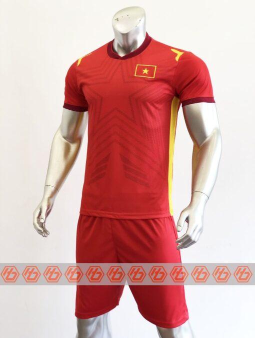 Áo đấu Việt Nam màu đỏ cổ tròn sân nhà 21-22 mặt nghiêng